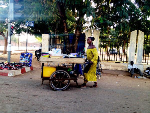 Ambiance paisible à Ouagadougou en cette journée capitale pour la Transition politique comme en témoigne cette scène, avenue Kwame Nkrumah, ce dimanche 16 novembre 2014.
