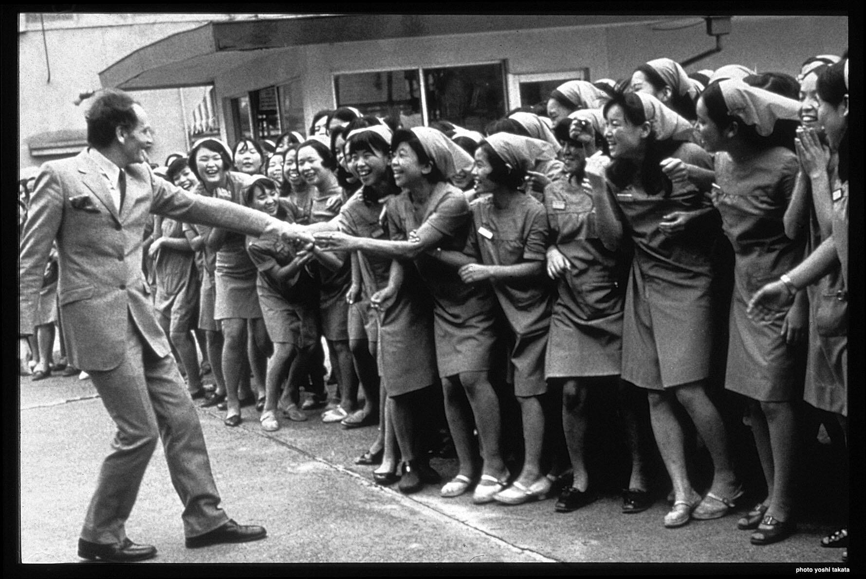 Pierre Cardin a été reçu comme une pop star au Japon en 1957