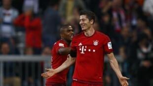 Robert Lewandowski (Bayern Munich) akisherehekeabao lake la tano dhidi ya Wolfsburg mjini Munich Septemba 22, 2015.
