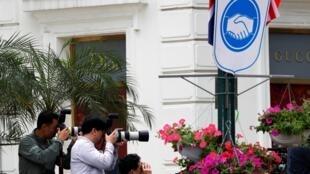Nhà báo Hàn Quốc chụp ảnh khách sạn Melia, Hà Nội. Ảnh 27/02/2019.