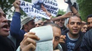 Tunisinos manifestam contra a política francesa de imigração, de que são alvo. Várias associações acusam a polícia de fazer controlos de identidade «descriminatórios ».