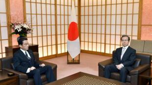 Ngày 09/08/2016, ngoại trưởng Nhật Bản Fumio Kishida (trái) triệu đại sứ Trung Quốc tại Tokyo Trình Vĩnh Hoa  để phản đối vụ đưa tàu xâm nhập vùng biển Nhật Bản.