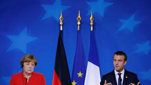La chancellière allemande Angela Merkel (G) et le président Français Emmanuel Macron(D) donnent une conférence de presse conjointe à l'issue du sommet européen de Bruxelles en Belgique, le 23 juin 2017.