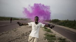 Fayulu supporter reacts as police fire pink coloured teargas in Kinshasa, 19 December 2018.