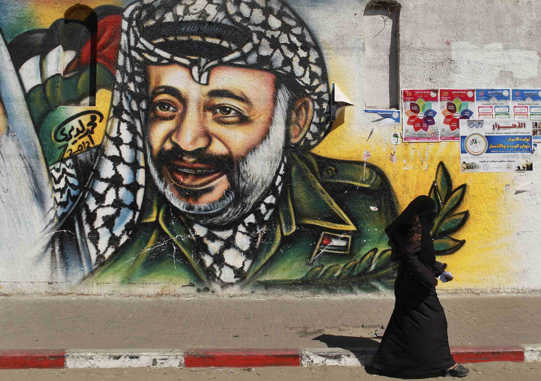 Pintura em muro na Faixa de Gaza mostra imagem do líder palestino Yasser Arafat.