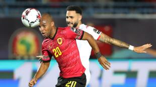L'Angolais Edouardo Wilson (maillot rouge), barre la route au Tunisien Dylan Bronn lors de Tunisie-Angola. Le 24 juin 2019