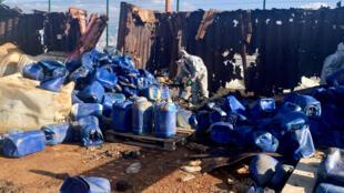L'armée libanaise a retrouvé des dizaines de conteneurs de polluants, entreposés à l'air libre, qui se déversent dans la nature.