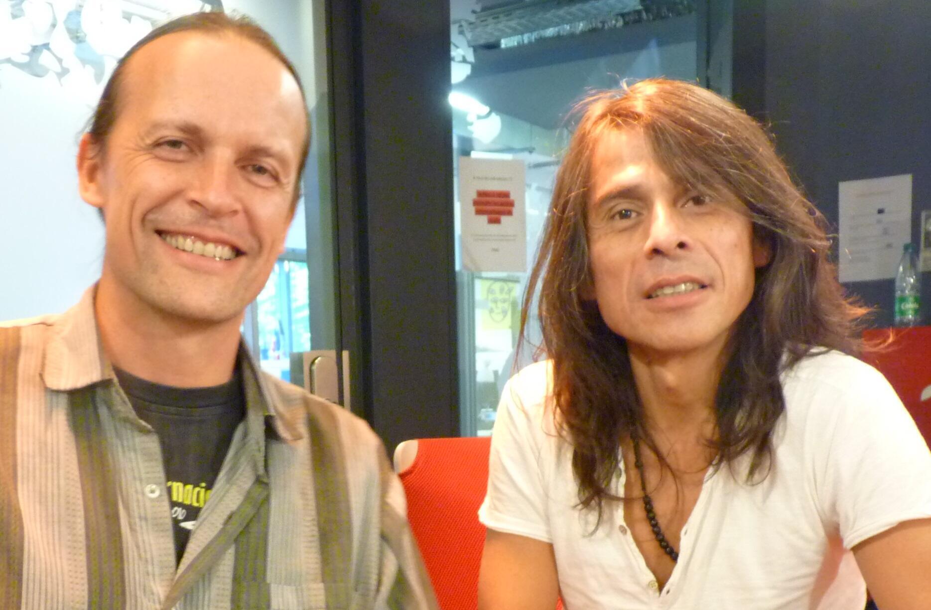 Simon Bolzinger y Rodolfo Muñoz en los estudios de RFI en París.