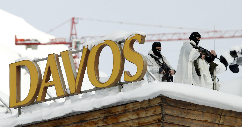Lực lượng đặc nhiệm Thụy Sĩ cánh gác trên nóc nhà hội trường diễn ra Diễn đàn Kinh tế Thế giới Davos, Thụy Sĩ ngày 19/01/2016.