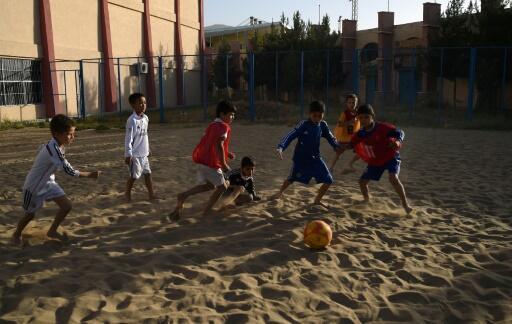 """L'Afghanistan n'a aucun accès à la mer mais cela n'empêche pas des dizaines d'enfants de s'entraîner sur du sable de fortune dans l'espoir de représenter leur pays au sein de l'équipe de beach soccer, le """"football de plage""""."""