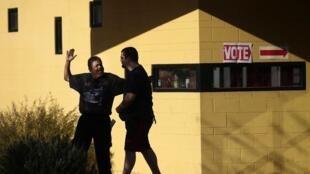 A la sortie d'un bureau de vote à Hayden Park à Phoenix, en Arizona.