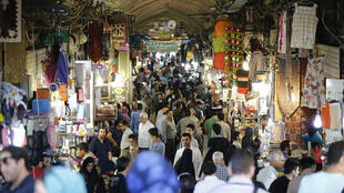 Crise sociale en Iran: le Parlement a exclu une augmentation du prix de l'essence, de l'eau et de l'électricité dans son projet de budget contrairement à ce que demandait le gouvernement (Grand Bazar de Téhéran, photo d'illustration)