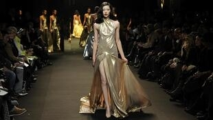 Modèle de la collection Haute Couture du styliste français Alexandre Vauthier. Paris, 24 janvier 2011.