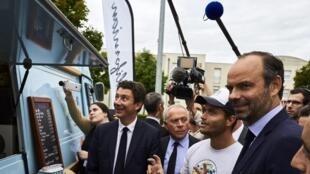 Le Premier ministre Edouard Philippe, devant un «food truck», le 5 septembre 2017 à Dijon en marge de la présentation du plan de l'exécutif pour les travailleurs indépendants.
