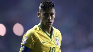 Neymar em partida pela seleção brasileira.