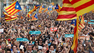 Le vote du Parlement catalan a été salué par les cris de joie de milliers de manifestants rassemblés à Barcelone, le 27 octobre 2017.