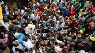 Wasu 'yan jaridun Najeriya zagaye da wani dan siyasa yayin neman ra'ayinsa kan zaben kujerar gwamnan jihar Osun. 9/08/2014.