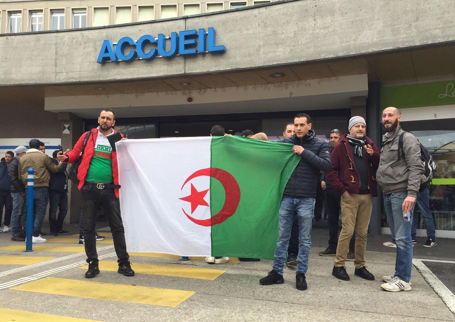 Des manifestants contre un cinquième mandat du président Bouteflika se sont rassemblés devant l'hopitâl où il est actuellement soigné à Genève le 8 mars 2019.