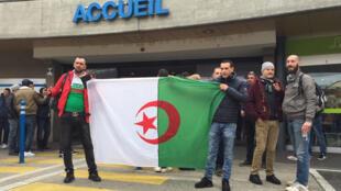 Manifestação contra um quinto mandato para Abdelaziz Bouteflika no Hospital de Genebra a 8 de Março de 2019, estabelecimento onde esteve hospitalizado até este domingo.