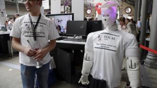 Chaque année, le festival Futur en Seine est l'occasion pour les entrepreneurs et inventeurs de présenter leurs projets. Ici, en 2013, un homme et son robot.