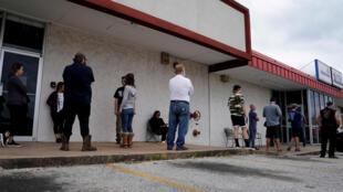 Hàng người mất việc vì dịch Covid-19 xếp hàng đăng ký thất nghiệp tại một  sở lao đông tại bang Arkansa, Mỹ, ngày 06/04/2020.