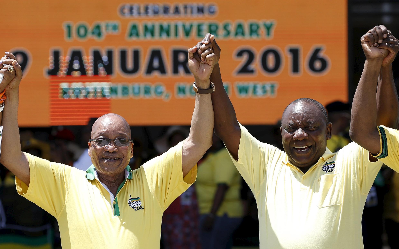 Rais wa Afrika Kusini (kushoto), pia kiongozi wa ANC,  akiadhimisha miaka 104 ya kuzaliwa kwa chama chake Januari 9, 2016, akiwa na Makamu wake Rais Cyril Ramaphosa (kulia).