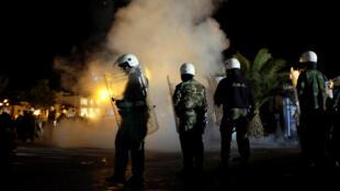 La police anti-émeutes tente de séparer des militants d'extrême droite et des migrants, lors d'affrontements à Mytilène, sur l'île de Lesbos, le 22 avril 2018.