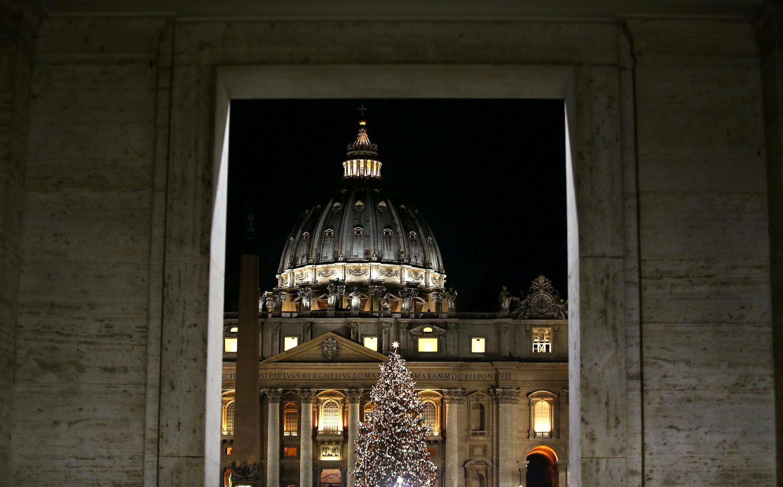 Рождественская ель на площади Святого Петра в Ватикане.