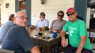 Vétérans retraités pro-Trump à la terrasse du «City Fire» à The Villages en Floride. À droite, Jim Leach.