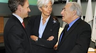 Le sécrétaire américain au Trésor Timothy Geithner (G) avec le président du FMI, Dominique Strauss-Khan (D) et la ministre française de l'Economie Christine Lagarde à Washington, le 14 avril 2011.