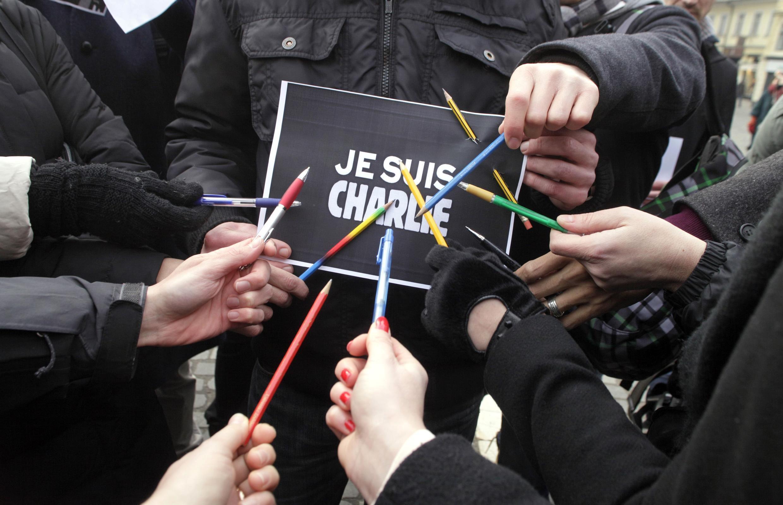 A imprensa francesa e o governo estão mobilizados para garantirem a sobrevivência do Charlie Hebdo.