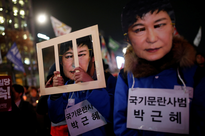 Người dân Hàn Quốc biểu tình đòi tổng thống Park Geun Hye từ chức, Seoul, ngày 30/11/2016.