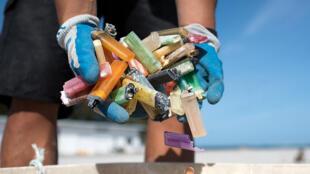 """""""Cada minuto, una tonelada de plástico acaba en nuestros océanos"""", afirma la eurodiputada ecologista francesa, Michèle Rivasi."""