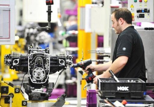 Trabalhador alemão em linha de montagem de indústria em Berlim, em foto do dia 14 de dezembro de 2011.