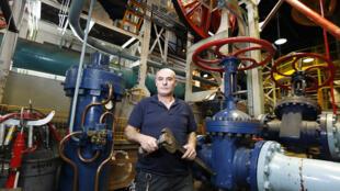 Tony Araujo, technicien avec un boulon et une clé à molettes uniques au monde.