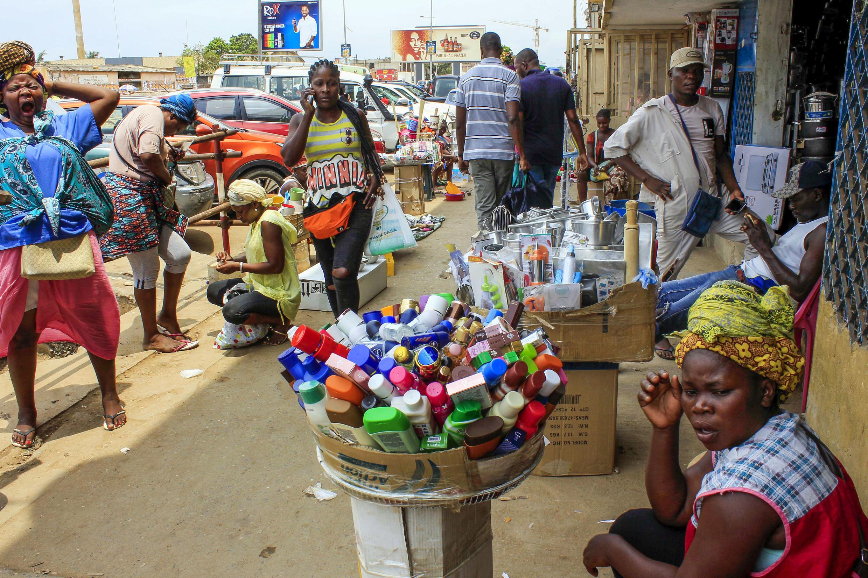 """Uma vendedora ambulante """"Zungueira"""" exibe a sua mercadoria nas imediações do mercado de São Paulo, em Luanda"""