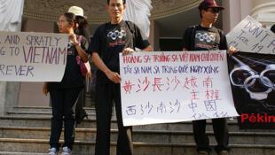 Blogger Điếu cày (G) biểu tình tại Thành phố Hồ Chí Minh năm 2007, phản đối Trung Quốc đòi hỏi chủ quyền trên Trường Sa và Hoàng Sa.
