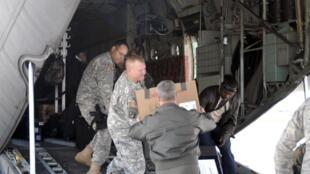 Un avion Hercules C 130 et son équipage se préparent pour rejoindre Haïti.