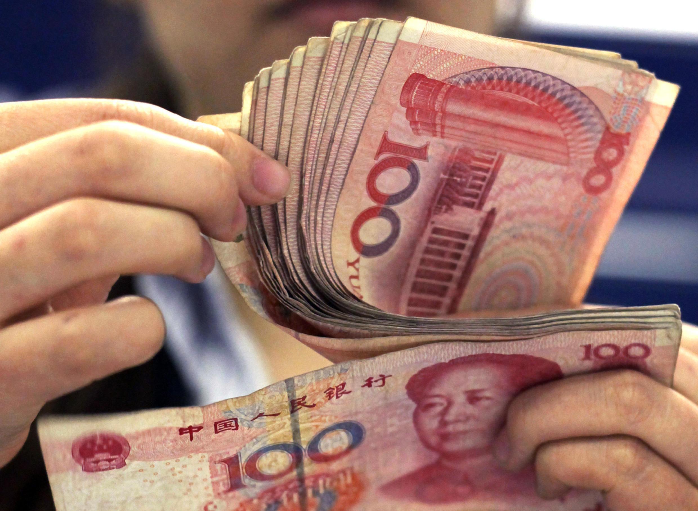 上海一家銀行在櫃檯為客戶點錢
