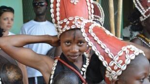 Des danseuses se tiennent prêtes au stade du 4-Août, peu avant la cérémonie d'ouverture du Fespaco 2013, à Ouagadougou le 23 février.