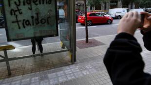 Sur un abribus à Barcelone, le président de la Catalogne Carles Puigdemont est qualifié de «traître».