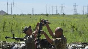 Members of the Ukrainian armed forces prepare a weapon at their position located near the town of Horlivka, north of Donetsk