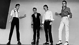 The Clash : (de gauche à droite) Mick Jones, Paul Simonon, Topper Headon, Joe Strummer à Monterey (États-Unis), en 1979.
