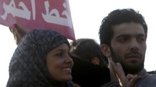 """A egípcia Samira Ibrahim participa de protesto na Praça Tahrir, no Cairo, contra """"testes de virgindade"""" aplicados em mulheres."""