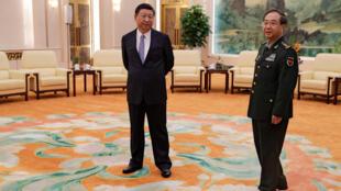 图为中国国家主席习近平与中国解放军总参谋长房峰辉在人民大会堂等待会见美国参谋长联席会议主席邓福德