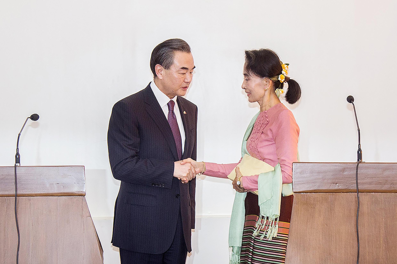 Ngoại trưởng Trung Quốc Vương Nghị và bà Aung San Suu Kyi tại Naypyidaw, 05/04/2016.