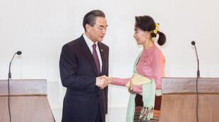资料图片:2016年4月5日,昂山素季在内比都与到访的中国外长王毅会晤,并联合出席记者会。