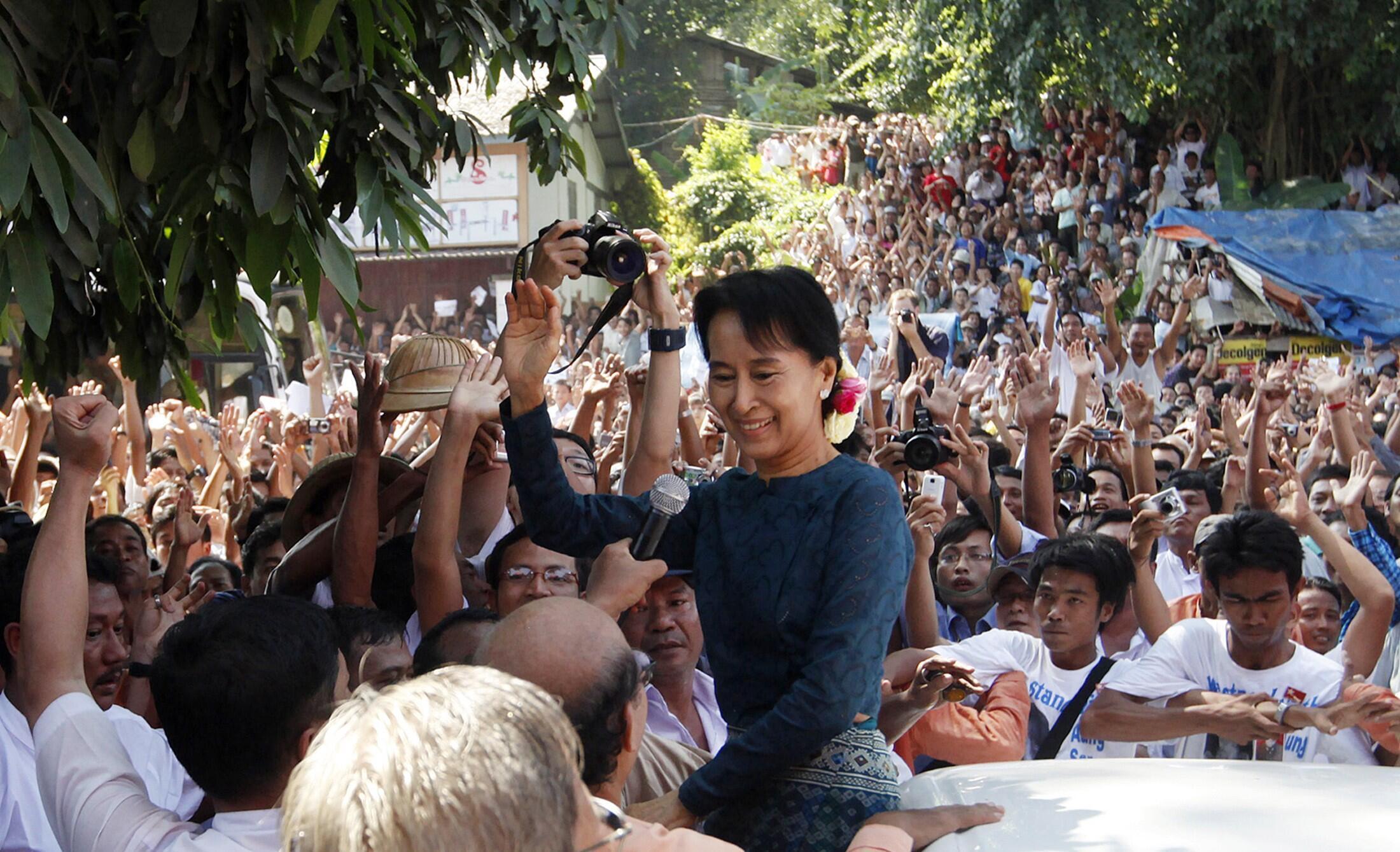 Aung San Suu Kyi chega à sede do seu partido, a Liga Nacional pela Democracia, nesta segunda-feira em Yangun.