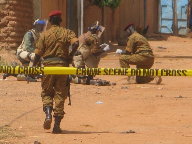 Les démineurs du génie militaire fouillent le sac du présumé terroriste abattu dans le quartier de Kilwin à Ouagadougou le 23 octobre 2016.