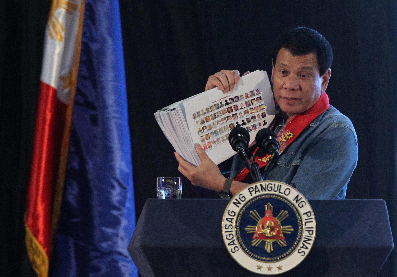 Tổng thống Rodrigo Duterte trưng ảnh những kẻ dính líu đến ma túy tại một cuộc họp ở Davao ngày 02/02/2017.